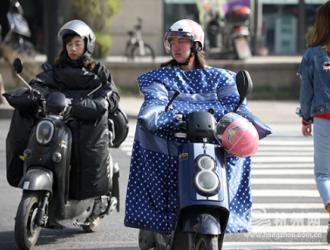 公安部:电动自行车安全头盔平均佩戴率提升至54%
